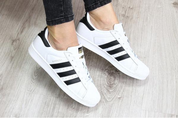 Женские кроссовки Adidas Classics Superstar белые с черным