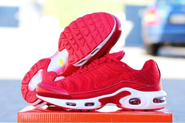 Женские кроссовки Nike Air Max Plus SE NT Satin Pack красные