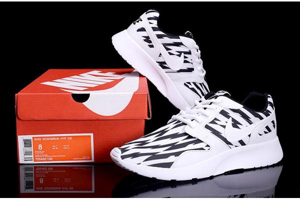 Женские кроссовки Nike Roshe Run Low черные с белым