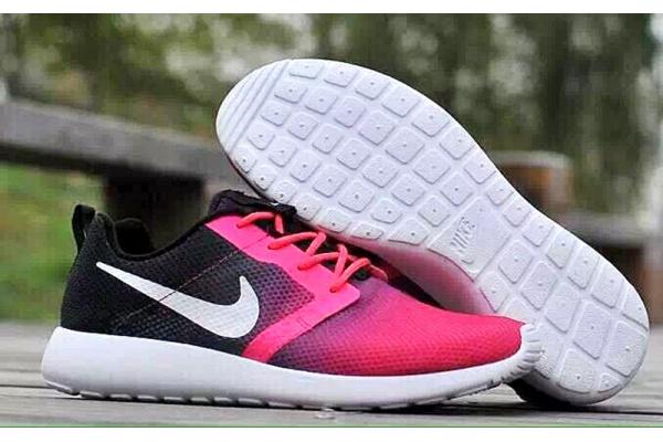Женские кроссовки Nike Roshe Run Low черные с малиновым