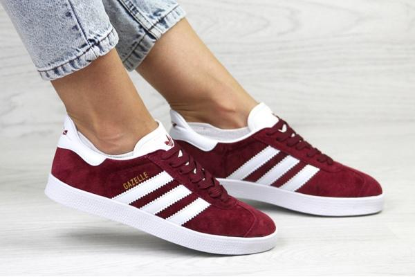 Женские кроссовки Adidas Gazelle бордовые