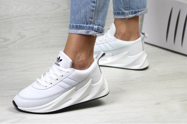 Женские кроссовки Adidas Sharks белые