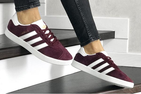Женские кроссовки Adidas Gazelle бордовые с белым