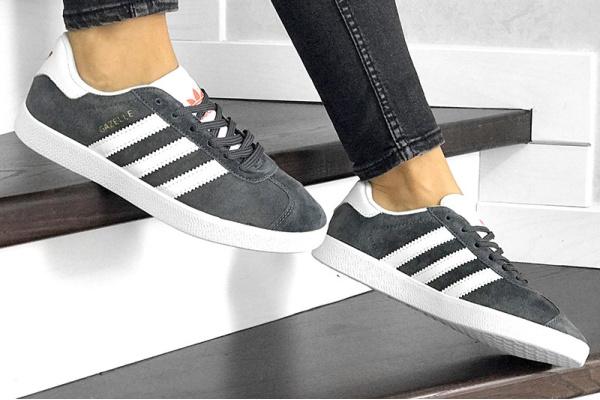 Женские кроссовки Adidas Gazelle серые с белым