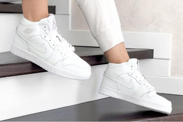 Женские высокие кроссовки на меху Nike Air Jordan 1 Retro High OG белые