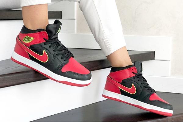 Женские высокие кроссовки на меху Nike Air Jordan 1 Retro High OG красные с черным