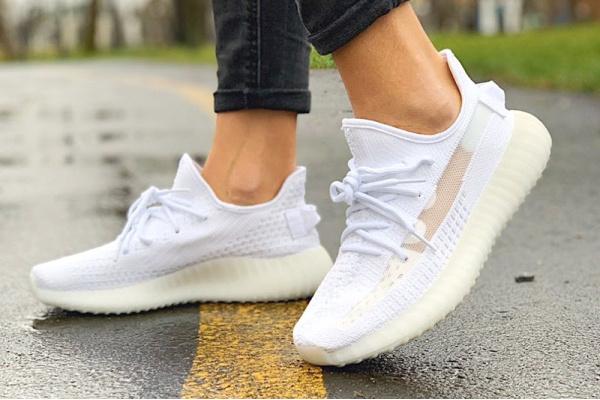 Женские кроссовки Adidas Yeezy Boost 350 V2 белые