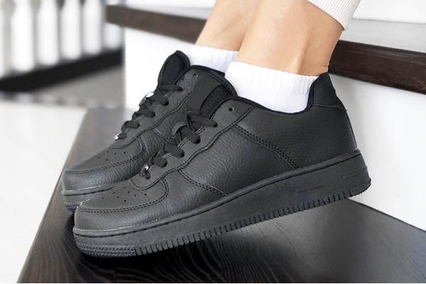 Женские кроссовки Force черные