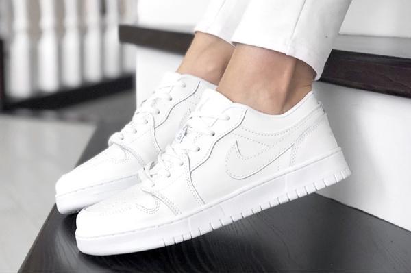 Женские кроссовки Nike Air Jordan 1 Low белые